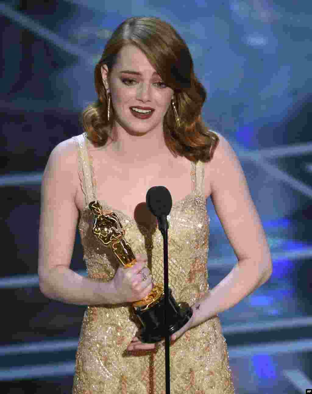 اما استون بازیگر ۲۸ ساله فیلم لالالند اسکار بهترین بازیگر زن امسال را به خانه برد.