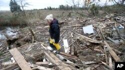 Les dépouilles de deux petits garçons séparés de leur mère par une vague ont été retrouvées dans des débris