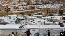 叙利亚难民儿童在黎巴嫩东部的一个非正式难民营里玩耍。(2018年6月13日)