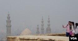 Nhìn từ Đền thờ Cổ thành trên một ngọn đồi xuống Cairo bị ô nhiễm nặng (Ảnh: Bùi Văn Phú)