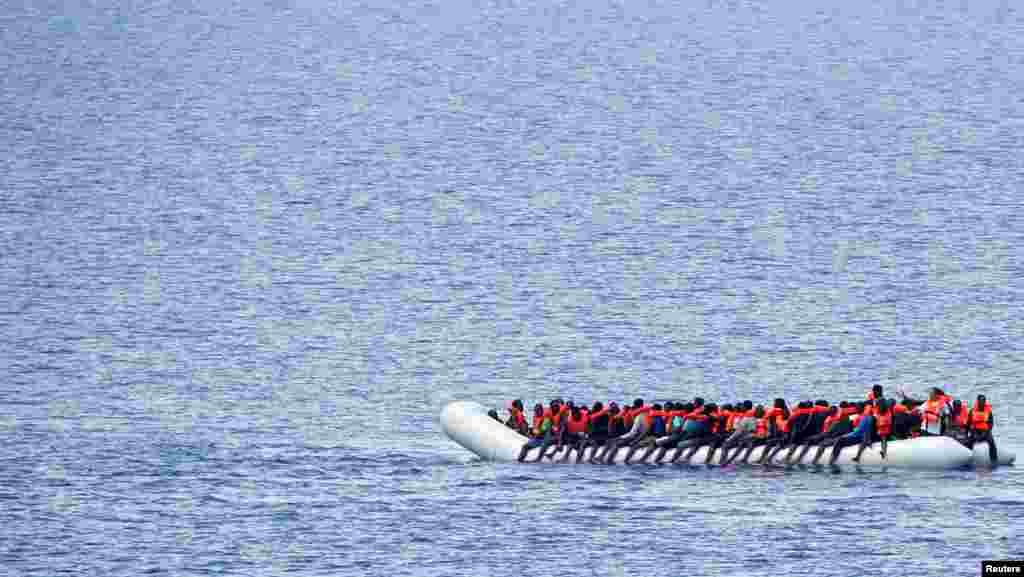 پناهجویان در انتظار کشتی نجات موسسه حمایت از کودکان در آبهای مدیترانه و نزدیک به سواحل لیبیا.
