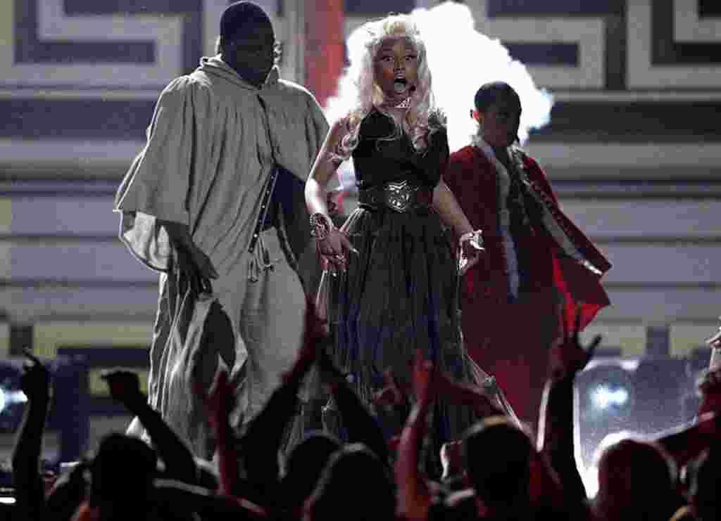 نیکی میناج در حال اجرای ترانه در مراسم گرمی