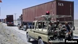 پاکستانی سرحدی محافظوں کو بھی نیٹو رسد سے لدے ٹرکوں کے قافلوں کی حفاظت پر معمور کیا جاتا ہے۔ (فائل فوٹو)