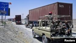 Binh sĩ bán quân sự hộ tống một đoàn xe tải chở tiếp liệu cho NATO băng biên giới từ Afghanistan vào Pakistan