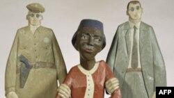 这幅木雕展示罗莎.帕克斯被警察逮捕