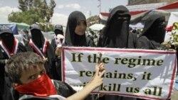 بر روی دست نوشته ای که معترضان در دست دارند نوشته شده: «اگر رژیم بماند، همه را خواهد کشت»