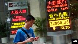 Một bản điện tử cho thấy chỉ số Hàng Sinh của Hong Kong hạ 72 điểm, 3/10/14. Chứng khoán Hong Kong hạ giá trong khi các cuộc biểu tình bước vào tuần thứ nhì