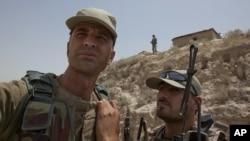 士兵们6月1日在巴基斯坦和阿富汗边境巡逻