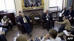 Hai Thượng nghị sĩ Charles Schumer (trái) và Bob Casey nói chuyện với các nhà báo sau khi Thượng viện biểu quyết cấp ngân khoản cho hoạt động của chính phủ cho đến cuối tài khóa 30/9/12