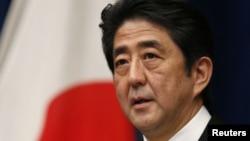 26일 새 내각이 공식출범한 가운데, 도쿄에서 기자회견을 가진 아베 신조 일본 총리.