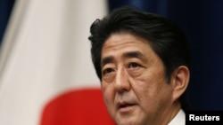 ນາຍົກລັດຖະມົນຕີ ຍີ່ປຸ່ນຄົນໃໝ່ ທ່ານ Shinzo Abe ຖະແຫລງຂ່າວ ທີ່ບ້ານພັກຂອງທ່ານ ໃນກຸງໂຕກຽວ