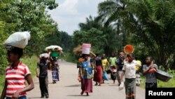 Des déplacées marchent vers le marché de Kaniki-Kapangu, près de Mwene Ditu, dans la province du Kasaï Oriental, en République démocratique du Congo, 15 mars 2018.