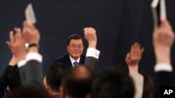 Prezidan Kore di Sid la, Moon Jae-In, ki t ap patisipe nan yon konferans ki make arive Nouvèl Ane a nan Palè Prezidansyèl Ble a nan Sewoul. Nan jounen mèkredi 10 janvye 2018 la, li di li pare pou l rankontre ak Kim Jong-un, men se pa san kondisyon.