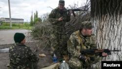 亲俄民兵在乌克兰东部斯拉维扬斯克附近的阵地上。(2014年5月5日)