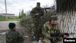 ႐ုရွားလိုလားသူ လက္နက္ကိုင္ခဲြထြက္ေရးသမားေတြကို ယူကရိန္းအေရွ႕ပိုင္း Slovyansk နားမွာေတြ႔ရစဥ္။ (ေမ ၅၊၂၀၁၄)