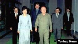 지난 2002년 5월 평양을 방문해 김정일 국방위원장(오른쪽)과 만난 박근혜 한국 새누리당 대통령 후보. 북한 매체들은 최근 한국 대선을 앞두고 박 후보에 대한 비난에 열을 올리고 있다.