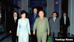 지난 2002년 5월 평양을 방문해 김정일 국방위원장(오른쪽)과 만난 박근혜 한국 새누리당 대통령 후보. (자료사진)