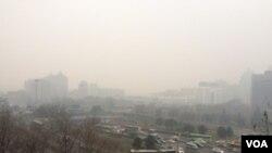 2015年12月8日,北京再陷入重度雾霾(美国之音叶兵拍摄)