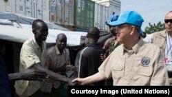 Ban Ki-moon serrant la main de déplacés à Juba