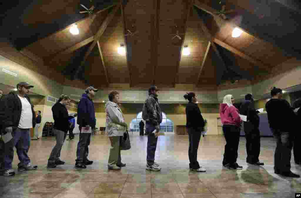 Cử tri sắp hàng để bỏ phiếu trong cuộc tổng tuyển cửtại Bethlehem, bang Georgia (AP / David Tulis).