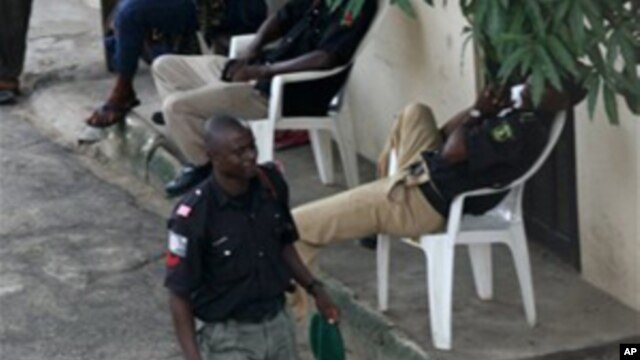 Nigerian policemen providing security against kidnapping rings. (File Photo)