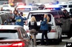 ບັນດາສະມາຊິກຕຳຫລວດ ATF ແລະ FBI ມາເຖິງສະໜາມບິນ Fort Lauderdale–Hollywood International.