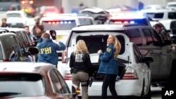 Ajan ATF ak FBI ki sou plas kote yon nèg ak zam te touye 6 moun e blese plizyè lòt nan Fort Lauderdale-Hollywood Ayewopò Entènasyonal, 6 janvye 2017, nan Fort Lauderdale, Florid.