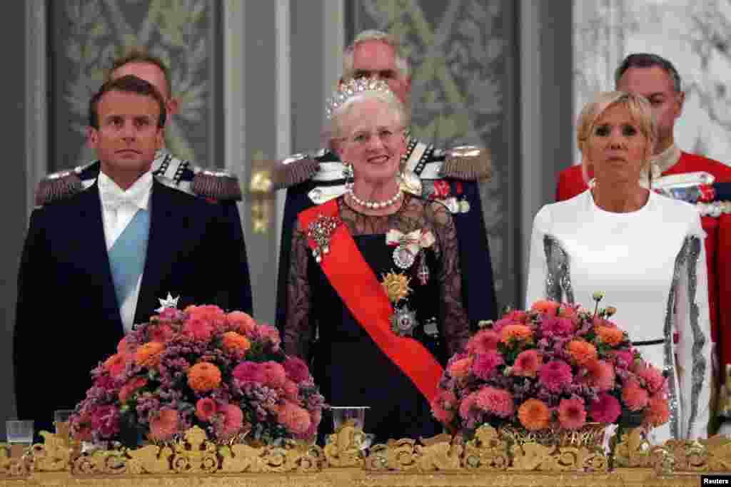 حضور مارگارت دوم ملکه دانمارک، امانوئل ماکرون رئیس جمهوری فرانسه به همراه همسرش در ضیافت شام در کاخ کریستینسبورگ در دانمارک