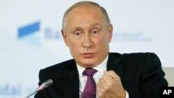 블라디미르 푸틴 러시아 대통령이 19일 러시아 소치에서 열린 국제 토론회에서 발언하고 있다.