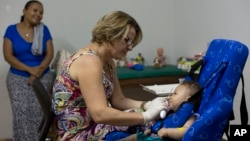지난 2월 브라질 조앙페소아 시 병원에서 소두증으로 태어난 아기가 물리치료를 받고 있다. (자료사진)