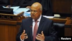 Le ministre Pravin Gordhan explique le nouveau budget au Parlement à Cape Town, le 27 février 2013.