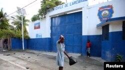 Une femme pleure l'arrestation de son fils devant une prison dans l'ouest d'Haïti (23 octobre 2016).