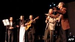 Nhạc sĩ Nguyễn Đức Quang, bên phải, cùng Trần Anh Kiệt, Trương Xuân Mẫn, Đồng Thảo và Nguyên Nhu trong một buổi hát ở San Jose tháng 3.2008