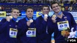 TIm renang AS (dari kiri) Nicholas Thoman, Mark Gangloff, Michael Phelps dan Nathan Adrian, meraih emas dalam nomor 4x100m Gaya Ganti dalam Kejuaraan Dunia Renang FINA di Shanghai, Tiongkok, Minggu (31/7).