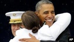 Барак Обама после выступления на выпускном вечере военно-морской академии