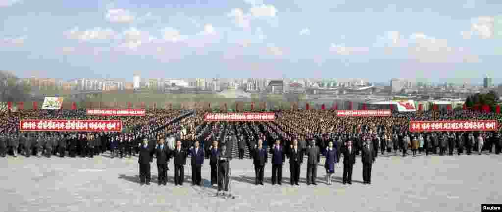 朝鲜人民2013年4月10日在平壤万寿山的已故领导人金日成和金正日的雕像前参与宣誓。