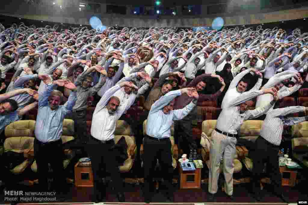 ورزش وزیر آموزش و پرورش و نمایندگان مجلس در اجلاس مدیران آموزش و پرورش؛ بیشتر خانم های حاضر در اجلاس ترجیح دادند تماشا کنند.