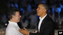 哥伦比亚总统桑托斯(左)4月13日在卡塔赫纳与美国总统奥巴马握手