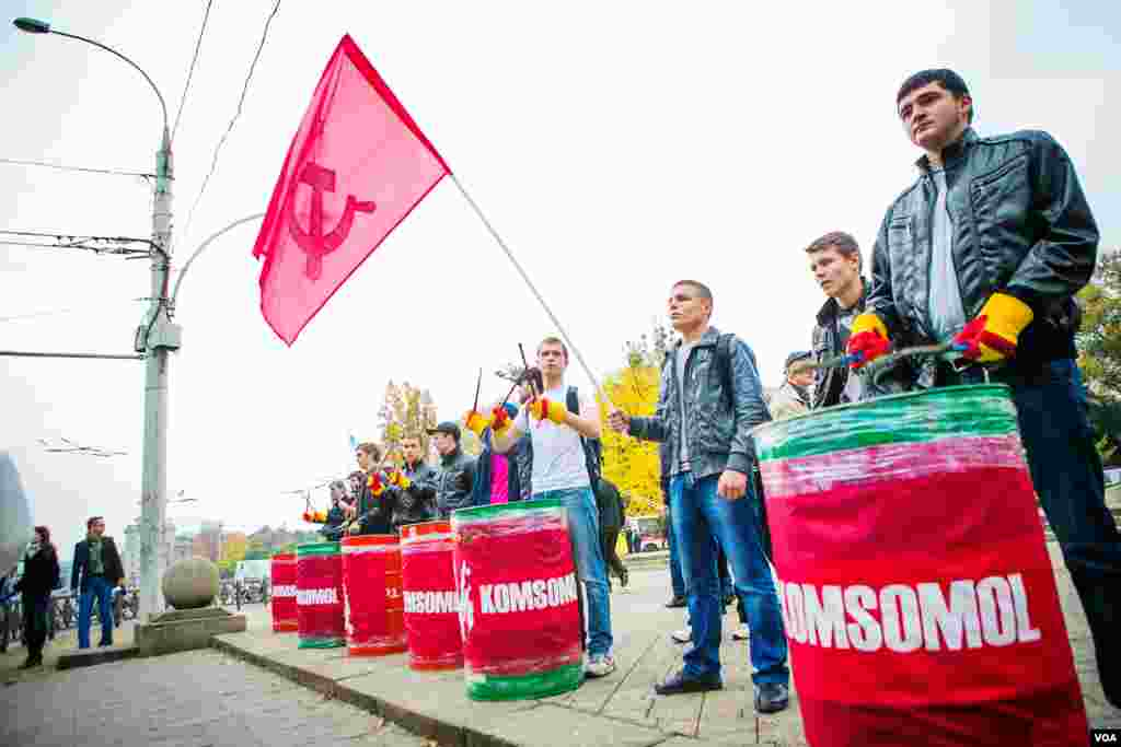 As Moscow has pressured Moldova not to start the path toward joining the European Union, Moldova's Communist Party has become newly energized and demonstrated in favor of joining Moscow's Customs Union. (Vera Undritz for VOA)