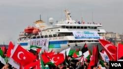 Ribuan warga Turki dan aktivis pro-Palestina menyambut dengan meriah kembalinya kapal bantuan Mavi Marmara ke Istanbul, Minggu 26 Desember 2010.