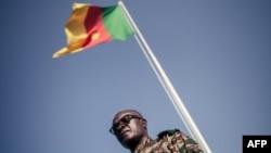 Un général camerounais sous un drapeau du Cameroun à Buea, le 26 avril 2018.