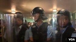 7月13日晚8時半左右,大批防暴警察在上水火車站連接上水廣場的天橋上出現,包圍在場採訪的記者,一度要求記者離場。(美國之音湯惠云)
