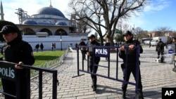 土耳其警察在伊斯坦布尔清真寺广场的爆炸现场设置路障。(2016年1月12日)