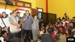Presiden Susilo Bambang Yudhoyono dan Gubernur Jawa Timur Soekarwo menemui para pengungsi erupsi Gunung Kelud di Pare, Kediri, Senin, 17 Februari 2014 (VOA/Petrus Riski).