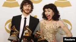 ນັກຮ້ອງ Gotye ຖືລາງວັນຕຸກກະຕາຄໍາ ຮ່ວມກັບ Kimbra (ຂວາ) ຢູ່ຫລັງເວທີ ຫລັງງານປະກາດລາງວັນ Grammy ຫລືຕຸ໊ກກະຕາຄໍາຂອງອຸດສາຫະກໍາ ດົນຕີຂອງສະຫະລັດ ປະຈໍາປີທີ 55 ຢູ່ເມືອງ Los Angeles, ລັດ California ໃນວັນທີ 10 ກຸມພາ 2013. REUTERS/Jonathan Alcorn (UNITED STATES