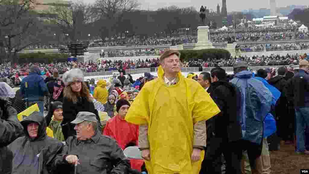 El exrepresentante Jason Altmire de Florida observa el escenario frente al Capitolio. [Foto: Carol Guensburg, VOA].