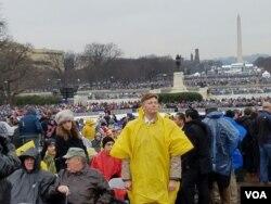 El exrepresentante Jason Altmire de Florida observa el escenario frente al Capitolio. Foto: Carol Guensburg, VOA.