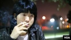 导演胡伟沉思 (美国之音国符拍摄)