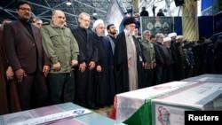 លោក Ayatollah Ali Khamenei មេដឹកនាំកំពូលរបស់អ៊ីរ៉ង់ និងលោក Hassan Rouhani ប្រធានាធិបតីអ៊ីរ៉ង់ធ្វើការអធិដ្ឋាននៅក្បែរក្តារមឈូសរបស់លោក Qassem Soleimani កាលពីថ្ងៃទី៦ ខែមករា ឆ្នាំ២០២០។