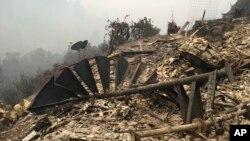 Phần còn lại của một cầu thang bị phá hủy tại một ngôi nhà trên đỉnh đồi ở Big Sur, California, ngày 29 tháng 7 năm 2016.